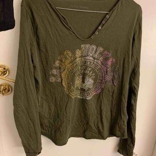 Säljer min militärgröna Zadig Voltaire tröja. Aldrig använd så i mkt fint skick. Säljer pga fel storlek. Köparen står för frakten