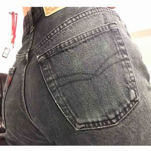 Jätte snygga jeans från Crocker. Välanvända men inget som syns. Fattas en knapp längst upp som ni ser på bild 3.  Frakt tillkommer✨