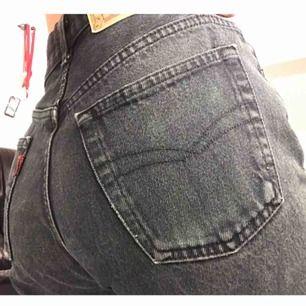 Jätte snygga jeans från Crocker.  Men's storlek. Välanvända men inget som syns. Fattas en knapp längst upp som ni ser på bild 3.  Frakt tillkommer✨