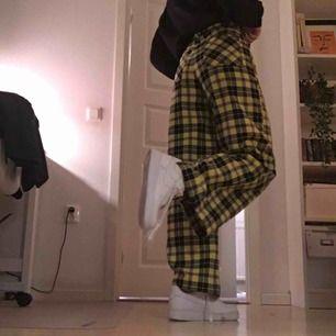 Skitcoola byxor från Monki!! En aningen uppsydda för att passa mig som är 160, men går att spreta upp om man är längre!! Frakt tillkommet🦋 de sitter som en 24 i midjan