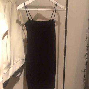 Svart tight klänning från gina tricot i bra skick. Säljs pga att den inte används. Fraktar endast!🥰💕