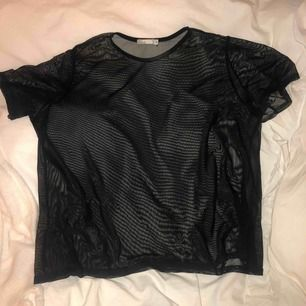 Vanligt svart mesh-Tshirt från Nelly, passa typ alla storlekar skulle jag säga.
