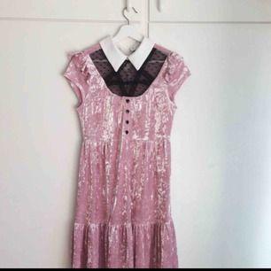 Killstar klänning i storlek M! Använd två gånger men inte riktigt min stil.   Mjukt sammet och söta hjärtformade knappar.