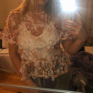 Verkligen en jättefin tröja från Gina men som inte kommit till användning på över ett år då de aldrig funnits tillfälle😢 då ursprungspriset är högt kommer jag ej va villig att sänka priset. Har själv storlek 38 så den kan passa storlekar under 40