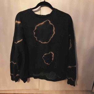Oversized skitsnygg sweater från bershka, inte använd. Har små hål vid kragen och ärmarna (ska vara så)