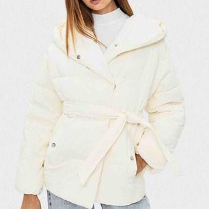 🤍 Riktigt snygg och trendig jacka som jag köpte för en månad sedan på Zalando (för 549kr). Säljer den ( tyvärr :(( ) för att den är för liten för mig.  Kan skicka iväg med post, där du står för frakt, och kan också mötas upp runt Malmö 🥰