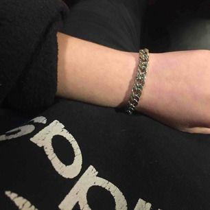 Armband- tung kedja i silver. Skriv om du vill ha mått. Frakt 11 kr.