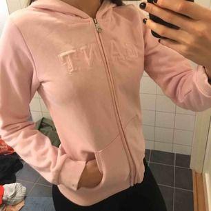 Gant hoodie i ljusrosa. Använd fåtal gånger inget som syns. 150kr+frakt
