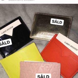 Korthållare från Carin Wester, flera olika färger. Nypris 99:- styck. Säljs för 50:- styck. Om du köper 3 får du dem för 100. Alla 5 för 150.