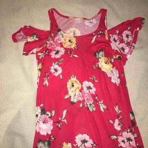 Röd, shoulderless, blommönstrat klänning från gina