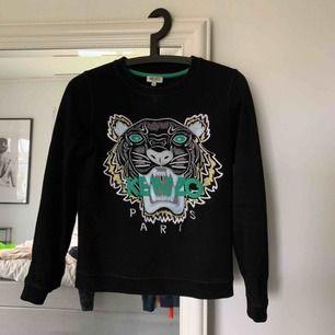 Kenzo tröja beställd ifrån deras hemsida. Orderbekräftelsen visas i tredje bilden!   Använd fåtal gånger så väldigt fint skick, säljer endast pga jag ej använder längre!  Nypris 2.200kr