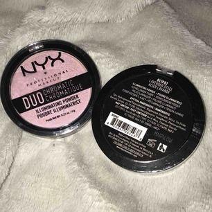 Två oöppnade Nyx highlighters i färgen Lavender Steel. Väldigt bra produkt som jag använt lääänge!! En för 30:- eller båda för 50:- :)