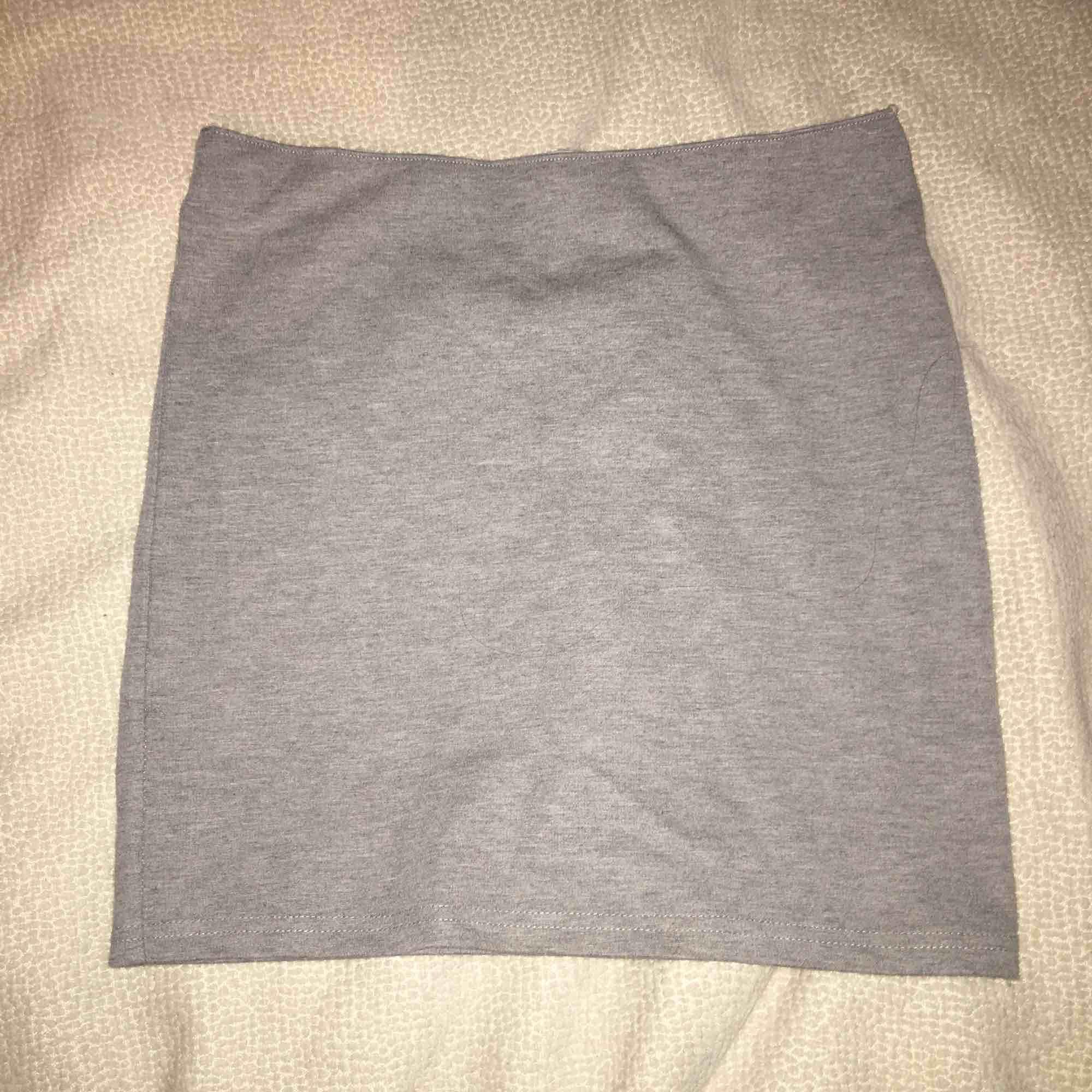 Grå kjol från bikbok med ett elastiskt band. Kjolar.