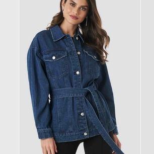 Belted Denim jeansjacka från NAKD i fint skick, endast använd fåtal gånger. Storlek XS/34.   Frakt betalas av köparen!