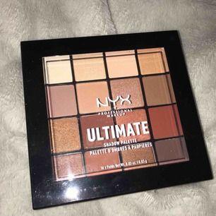 Oöppnad Nyx Ultimate Warm Neutrals ögonskuggspalett, nypris 199:-. Fick i julklapp men det är inte riktigt mina färger, därför säljer jag den.