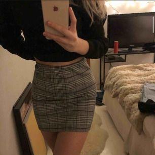 Fin kjol från h&m, mellankort på mig som är 170! Står storlek XS men passar mig som är S jättebra:) skriv för fler bilder, kolla även in min instagram nike.saljer för mer grejer!