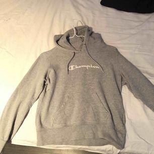En grå hoodie från champion. Superbekväm och sitter bra på kroppen. Rätt så oanvänd!