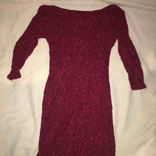 Röd spets detaljerad klänning från atmosphere med ett mjukt materiallag under. Priset går att diskuteras :)