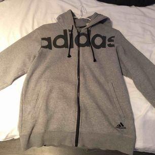 Skön grå hoodie från Adidas.