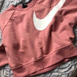 Säljer min tröja från Intersport. Den är använd en gång så nyskick, nypris 699. Säljer pågrund av pengar brist