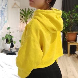 Cropped Gul hoodie från H&M. Aldrig använd (frakt ingår)