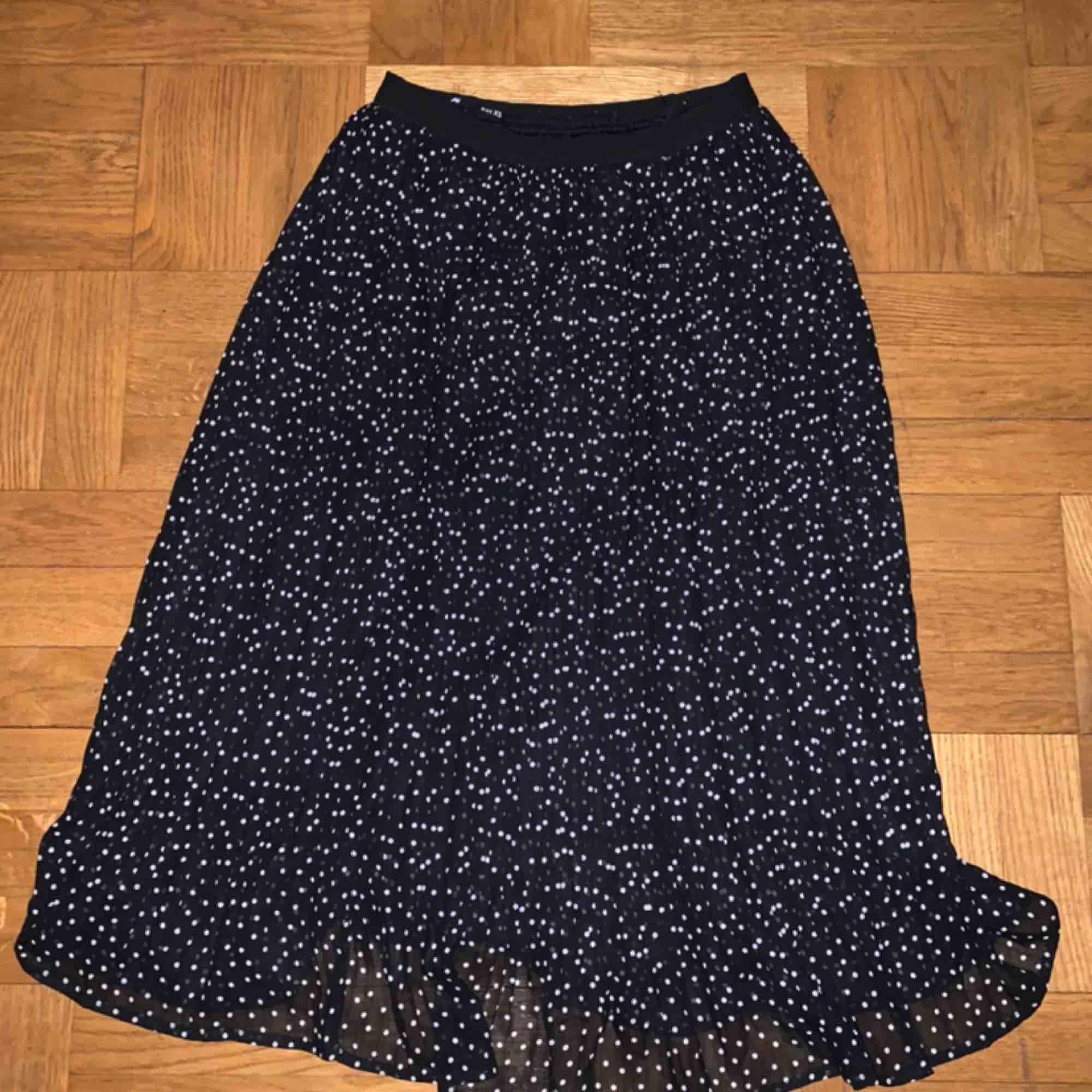 Svart kjol med vita prickar, köpt i en butik i Kroatien. Den har en under och över kjol. Köpare står för frakt (50kr). . Kjolar.