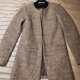Säljer min fina kappa då den inte kommer till användning, den är i storlek xs men passar även en liten s. Köparen står för frakt 😊