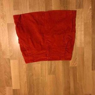 Fin äldre manchester kjol från 80-90-talet. Förstor för mig. Skulle säga att den egentligen är i storleken 40. Kan mötas upp i stockholm eller nacka, vid leverans tillkommer frakt.