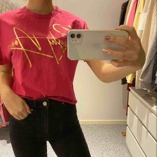 Superfin rosa kortare T-shirt med guldig text! ❤️