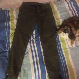 Fina gröna jeans från Forever 21. Tyvärr är de för små för mig. Strl 34. Använda 2 ggr. Dragkedjor vid benen och ett hål vid vänster knä. Frakt tillkommer
