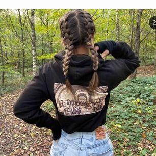 ❗️Bilderna är lånade❗️Säljer nu min hoodie från Appence Apparel, knappt använd då jag inte riktigt tycker den passar mig. Priset är inklusive frakt💖
