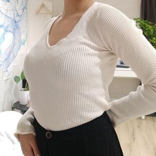Basic långärmad tröja med lettuce hemming från Bershka. (Frakten ingår)
