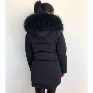 Säljer min jacka från Cedrico i modellen Monet. Den är i XXS men passar bra om man är XS/S. Jag är 160cm. Köpte denna i Dec 2019.  Kan skicka fler bilder om det önskas.   Ordinariepris: 8499 SEK Säljes för: 7500 SEK