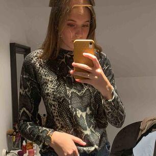 Skön tröja ifrån GinaTricot i storlek XS. Snakemönstrad och superskön. Köparen står för frakten om det skulle behövas💙💋
