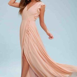 Säljer denna balklänning då jag köpte flera stycken och inte vill skicka tillbaka till USA där de är köpta från märket Lulus. Aldrig använd och alla lappar finns kvar. Inköpspris 1000 :- Vill man ha en bild på hur den ser ut på så hör av er!