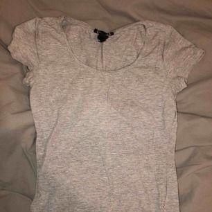 Grå T shirt