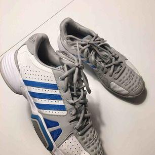 Snygga Adidas sneakers! Storlek 38.