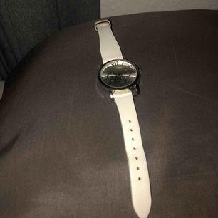 Fin klocka som är helt fungerbar. Inte min stil längre därför säljs den 🥰 frakt 18 kronor, skriv för mer info