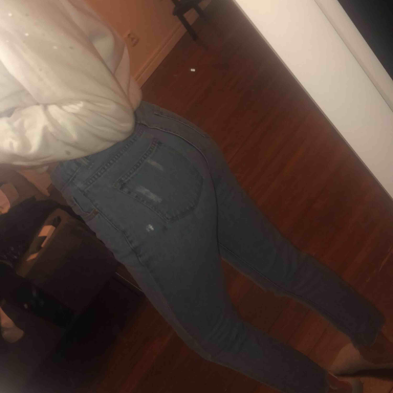 Ljusblå jeans med slitningar från boohoo, även slitningar längst ner på byxan, så de ser ut som dom är avklippta. Använda fåtal gånger, frakt tillkommer 💕. Jeans & Byxor.
