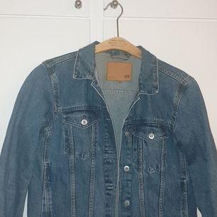 Snygg jeansjacka från lager 157, köpt för 400. Storlek M. Normal boxig fit, lång i armar.
