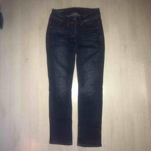Mörkblåa raka jeans från G-star, modell Midge Saddle Mid Straight. Knappt använda. Mkt fint skick. Nypris ca 1200 kr