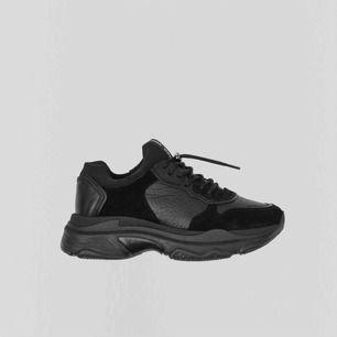 Bronx sneakers Helsvart storlek 37 (små i storleken) Aldrig använda Köpt Nelly.com