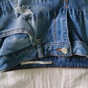 Slitna jeans från Zara i mid rise. Snygg blå tvätt i storlek S. Slim fit. Skriv för fler bilder/frågor.            Har garderobsrensning så kolla gärna in mina andra annonser för paketpris!