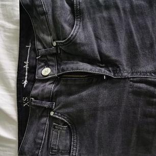 Vanliga tajta jeans från BikBok i storlek XS. I washed black/gråa. En aning lösa vid benen så skulle vara snyggt att göra en slits. Skriv för fler bilder/frågor!   Har garderobsrensning så kolla gärna in mina andra annonser för paketpris!