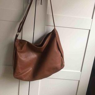 Säljer en super fin väska som är köpt second hand. Den är i mycket fint skick och har ett långt ändringsbar band