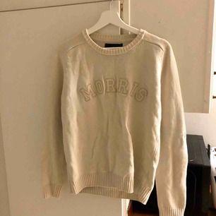 Morris tröja i fint använt skick. Frakt tillkommer på 65 kr, skickar då paketet spårbart med postnord. Säljer tröjan med frakt inklusive för 300 kr totalt