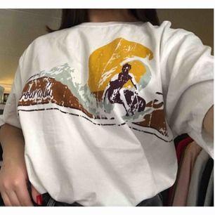 T-shirt glömt vart den är köpt. Fint skick! Frakt tillkommer✨