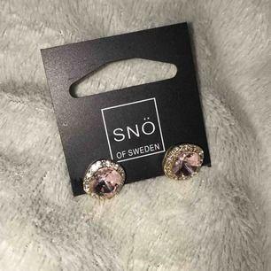 Lyonne Small Stone gold/light pink. Jättefina örhängen, aldrig använda. Nypris 249:- säljs för 125:-