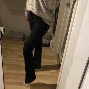 Supersnygga bootcat jeans från crocker. Köpta för ca 750 kr och knappt använda. Storlek 27/33 men sitter snarare som en xs-s beroende på hur man vill att de ska sitta! Hör av er kring fler frågor med mer 💗💗