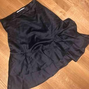 Super fin silkes kjol från Na-kd, knappt använd eftersom att den är för liten Köparen står för frakt